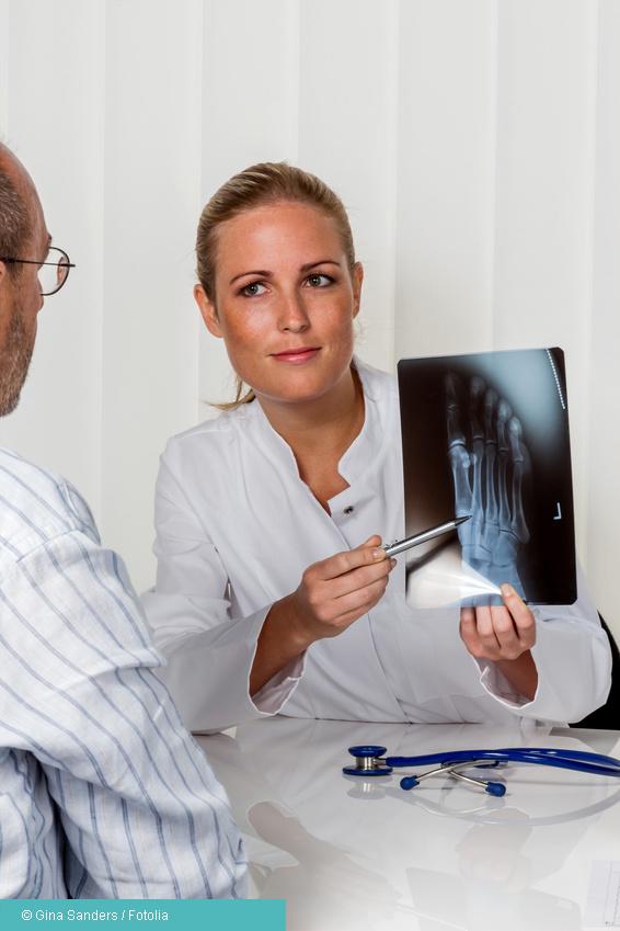 Patient und Arzt im Gespräch Fersensporn Befundbesprechung