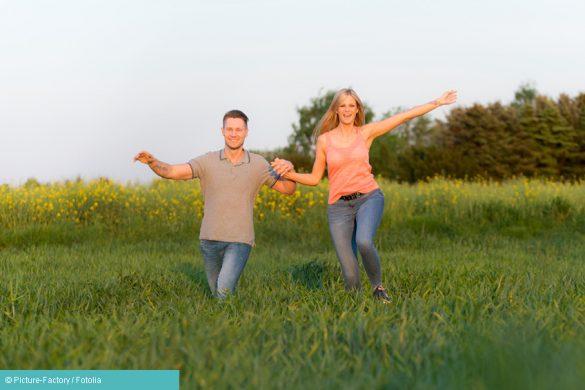 Mann und Frau rennen über Wiese - Allergien