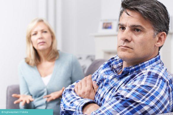 Mann und Ärztin zu Depressionsarten