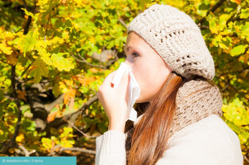 Frau mit Gräberallergie und Taschentuch