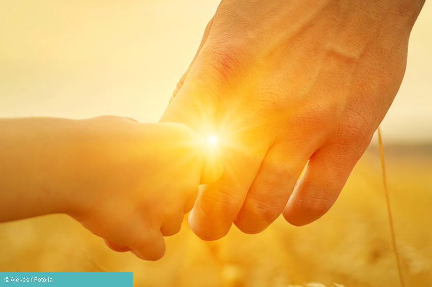 Kind greift Vaters Hand Hilfe bei Depressionen