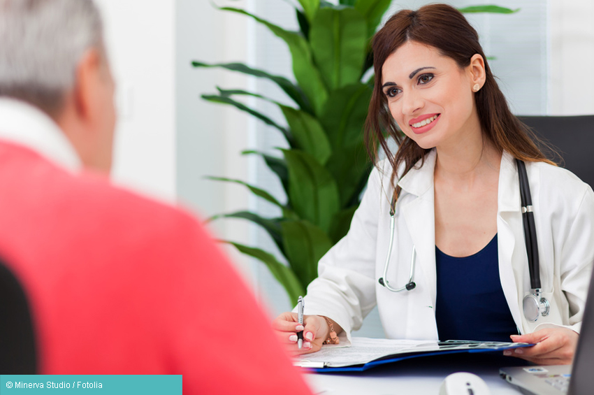 Ärztin spricht mit Patient zum Thema Krebs