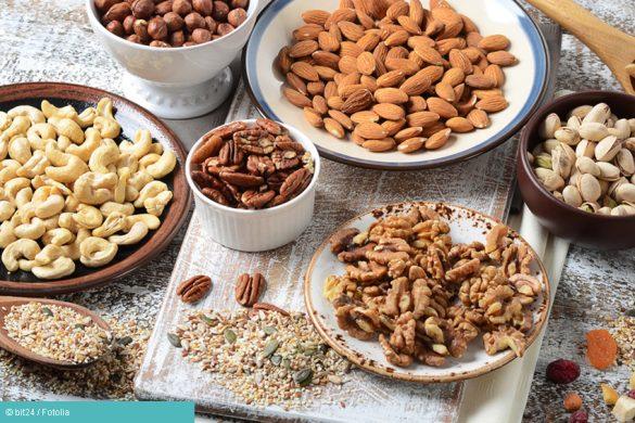 Schalen gefüllt mit verschiedenen Nusssorten