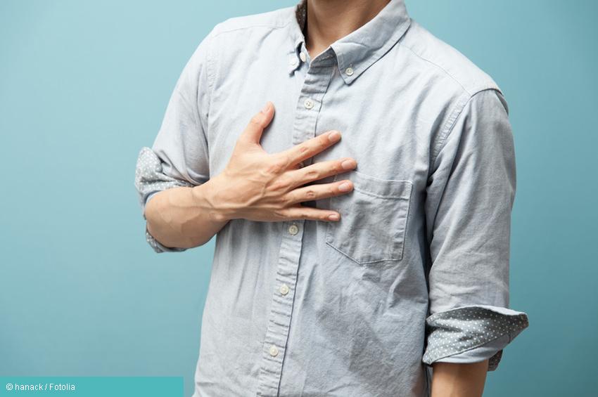 Mann mit Hand auf Brustkorb bei Sodbrennen