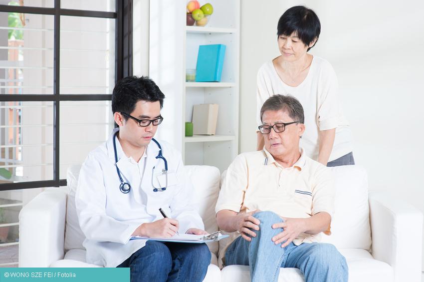 Arzt mit Patient - Verdacht Arthrose