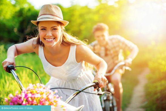 Frau unbeschwert auf Fahrrad