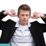 Mann hält sich die Ohren zu - Verdacht Tinnitus