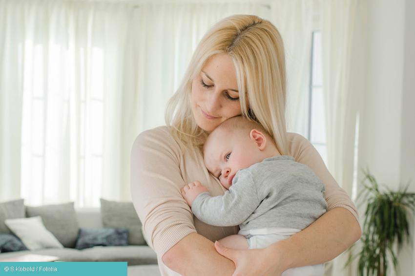 Mama mit Baby im Wohnzimmer: postportale Depression