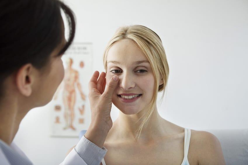 Frau bei Nasenkorrektur