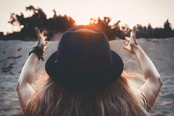 Frau streckt sich nach Sonne