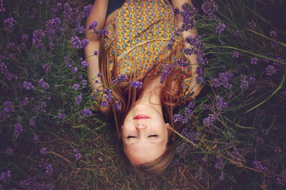 Frau in Lavendel - Hausmittel gegen Migräne