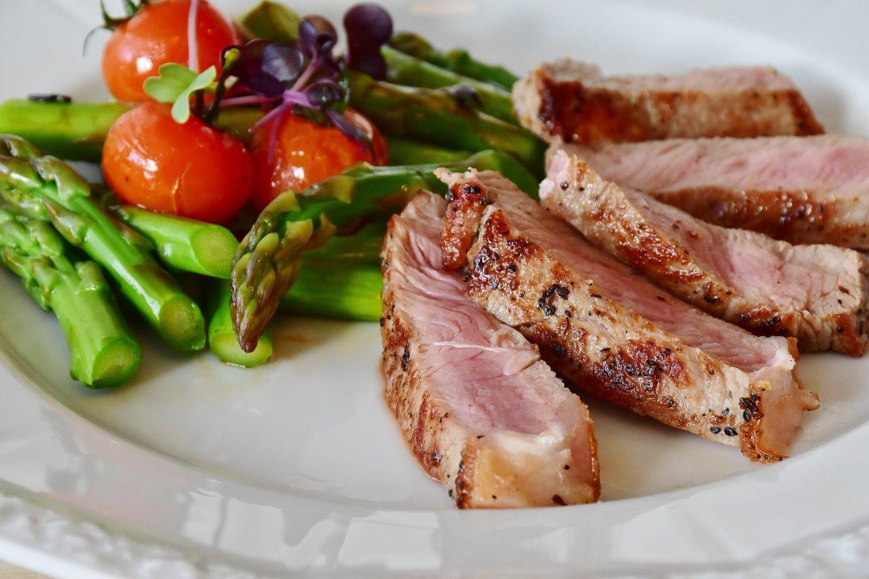 Fleisch und Gemüse eignnen sich für die Low Carb Diät