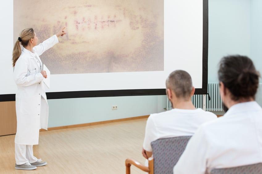 Ärztin erklärt die Wundheilungsphasen