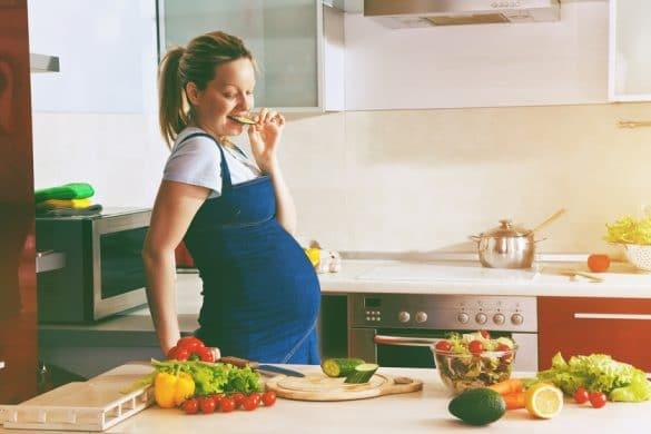 Schwangere Frau ernährt sich gesund