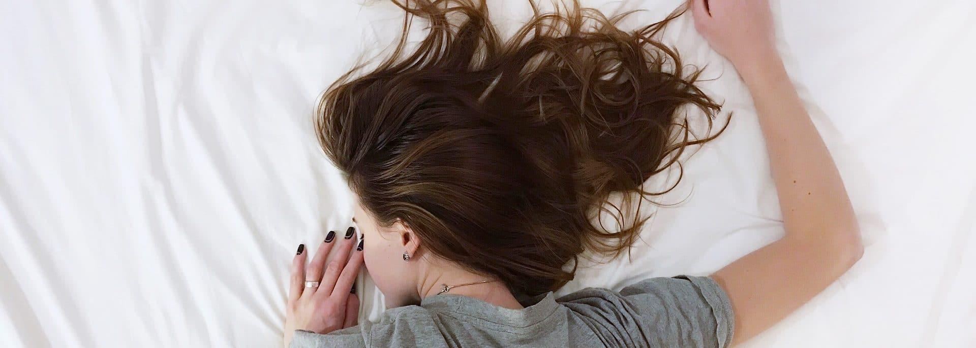 Frau schläft unruhig
