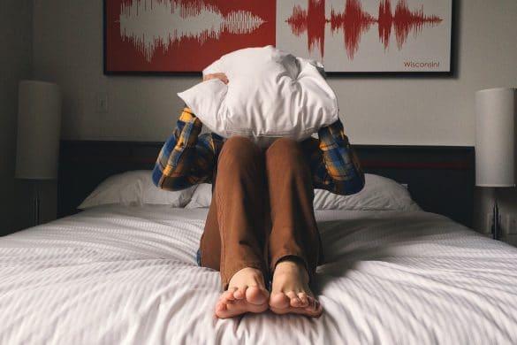 Mann wach, kann nicht schlafen