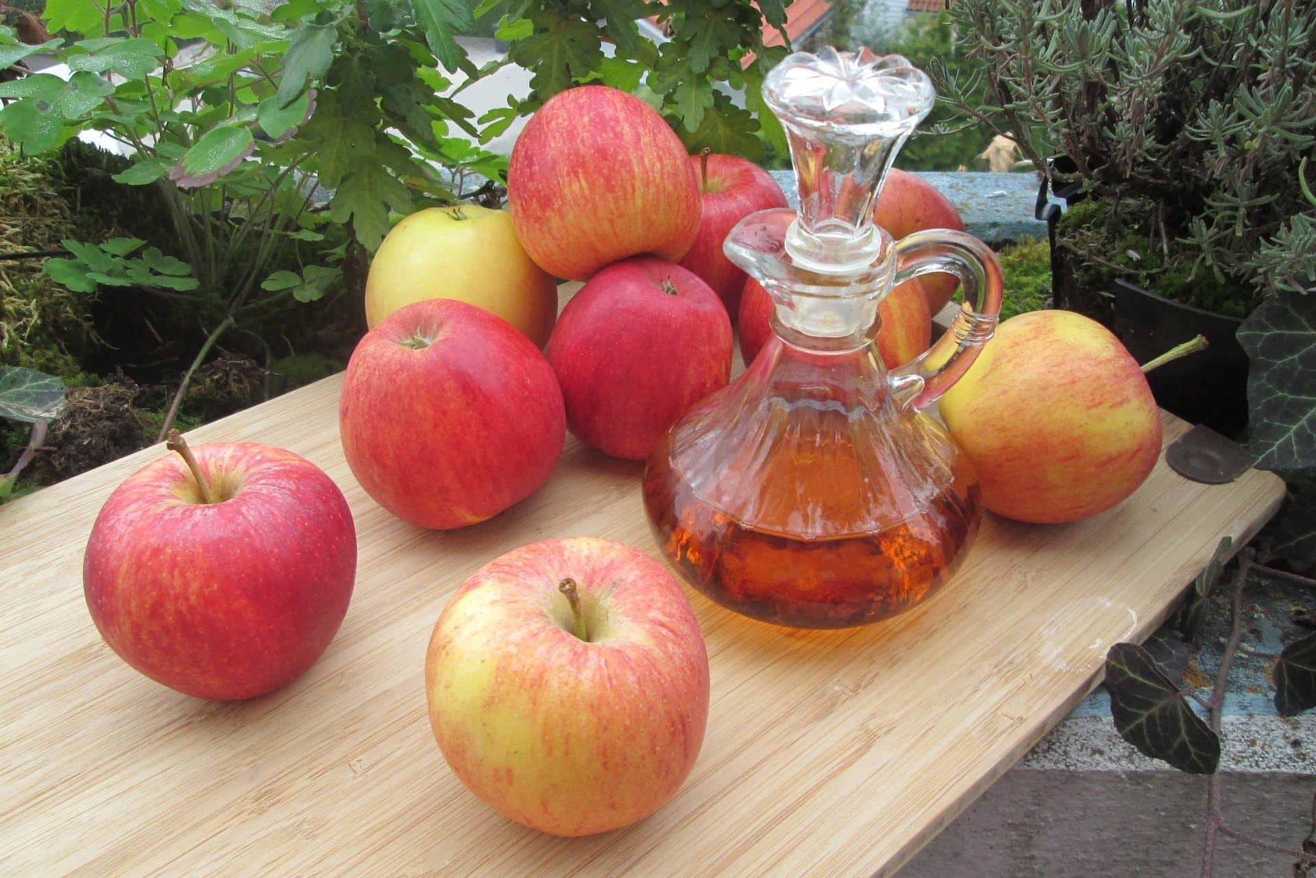 Äpfel und Apfelessig