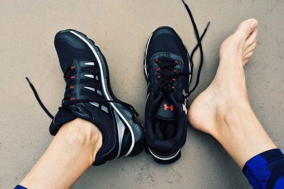 Sportschuhe und Füße - Schuhe desinfizieren gegen Fußpilz ist wichtig