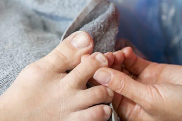 Fuß abtrockenen und kontrollieren