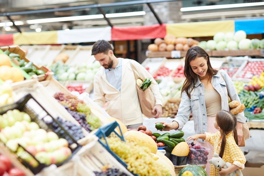 Familie kauft gesunde Lebensmittel im Supermarkt