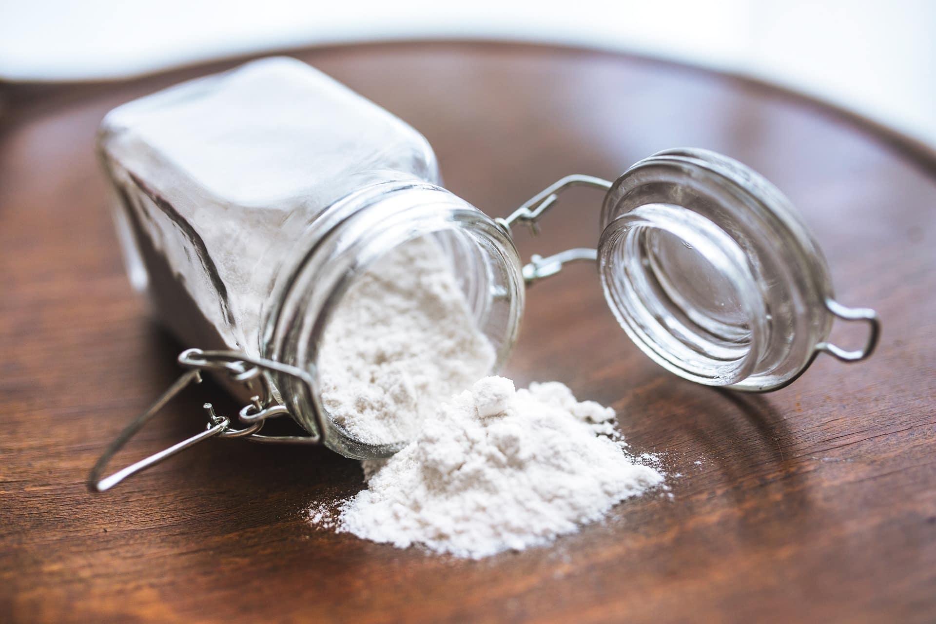 Glas Mehl oder Backpulver