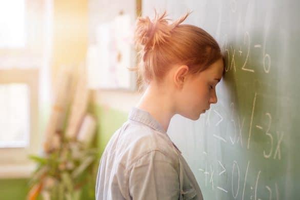 Schülerin überfordert mit Matheaufgaben