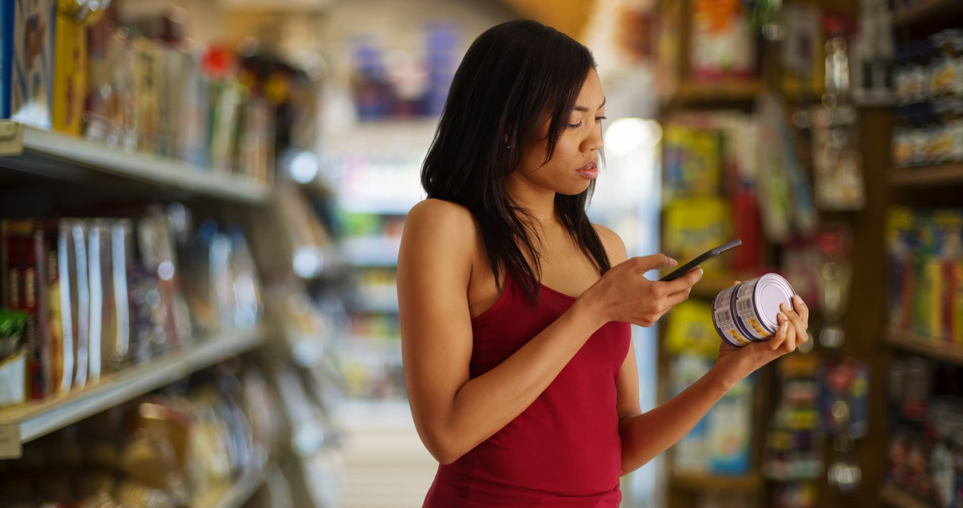 Frau im Supermarkt achtet auf die Ernährung