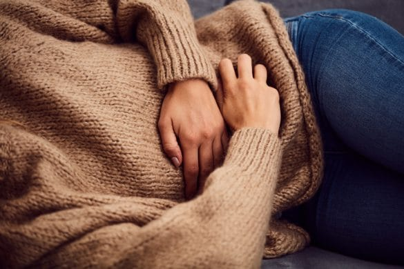 Frau mit akuten Magenschmerzen