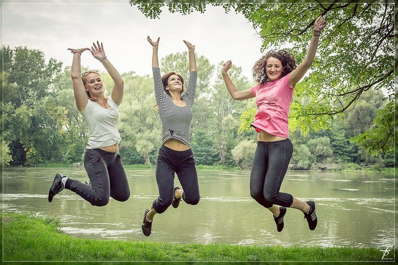 Glückliche, schlanke Frauen springen