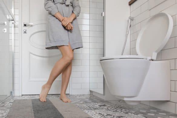 Frau vor Toilette