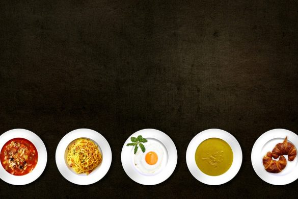 5 Teller mit Lebensmitteln und Speisen stehen für die 5 Tage in der Woche, bei denen beim Intervall-Fasten gegessen werden kann