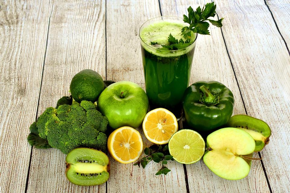 Gemüse und Obst als Vorbereitung für einen grünen Smoothie in der Detox-Diät