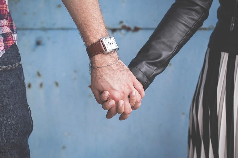 Pärchen hält Händchen trotz Angst vor Ansteckung durch Nagelpilz an den Fingern