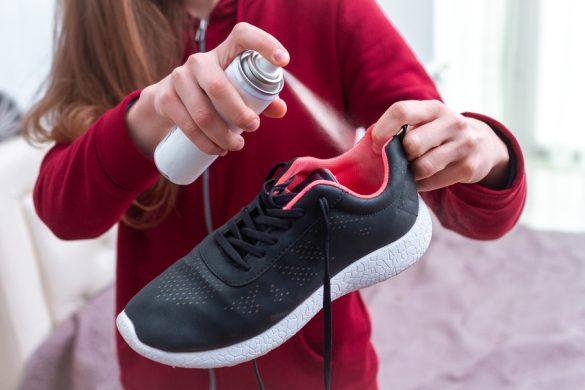 Frau sprüht ihre Schuhe ein