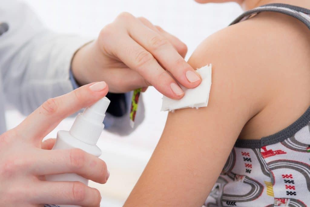 kind bekommt eine impfung