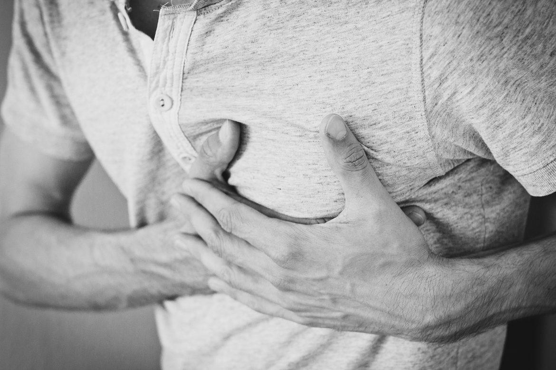 Mann mit Brustschmerzen / Herzinfarkt