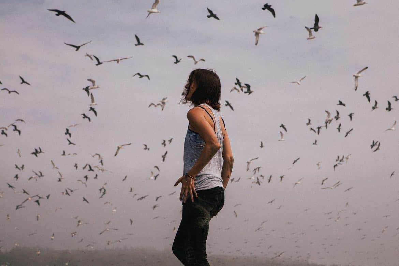 Frau vor Vögeln