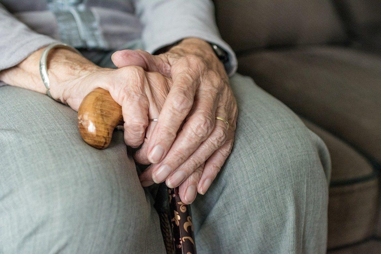 Hände im Schoß - Pflegezusatzversicherung